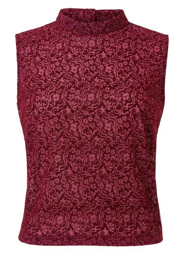 Modelo-japones-blusa-roja-estampada