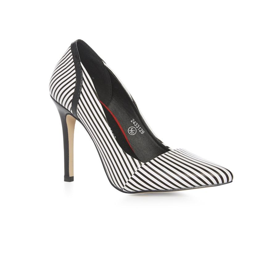 Zapatos de tacón de aguja en blanco y negro