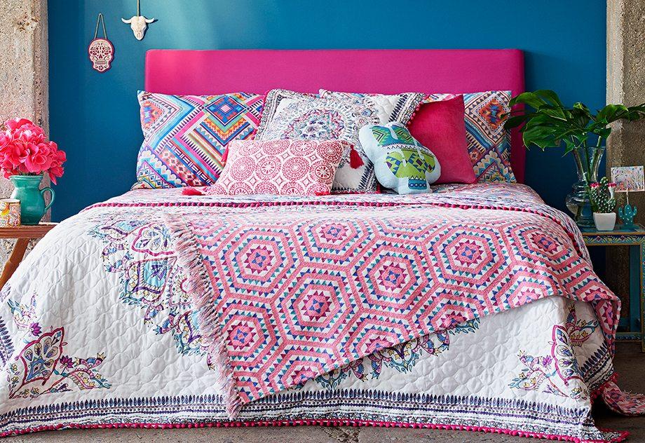 Ropa de cama azteca 16 €, cojín cactus 6 €, cojín reflectante con borlas 8 €